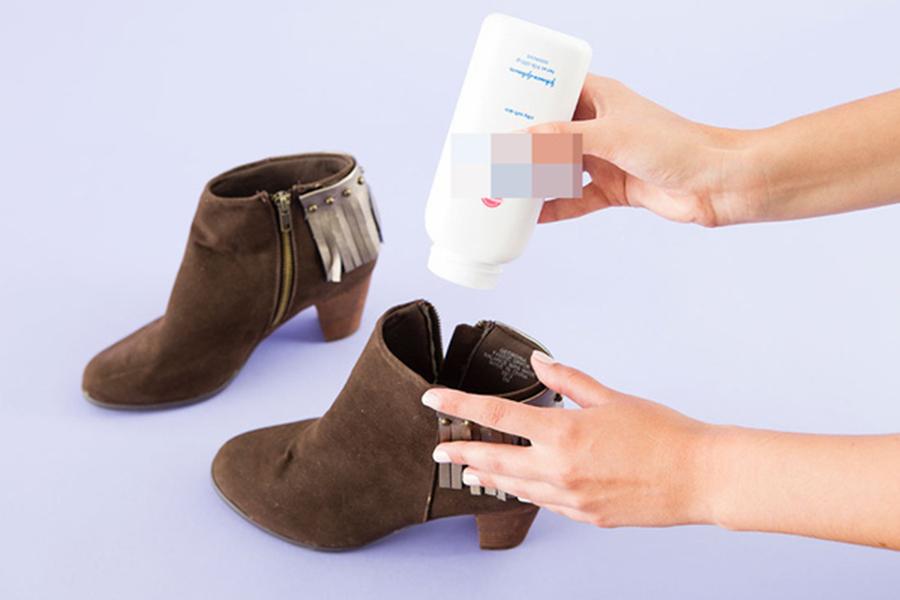 Sử dụng phấn rôm để giảm ra mồ hôi chân